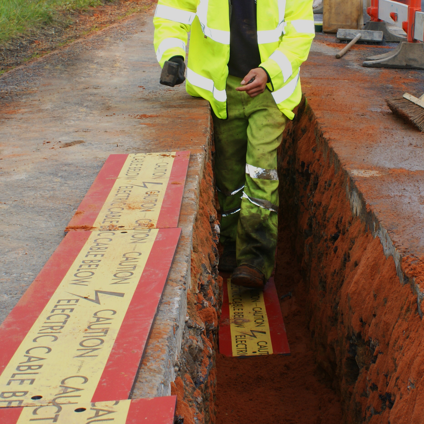 installing stokbord cable cover in a trench